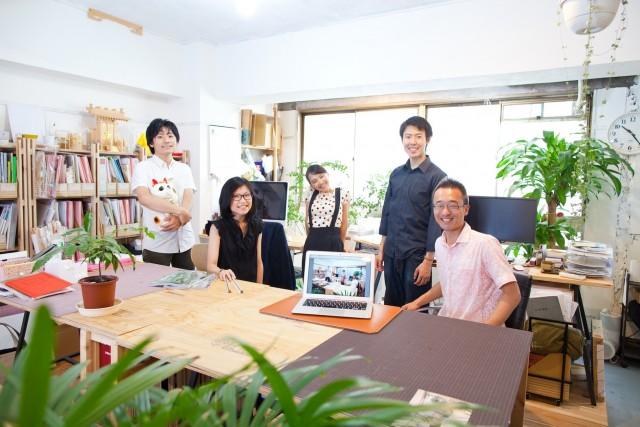 秋山さんとオフィスの皆さん